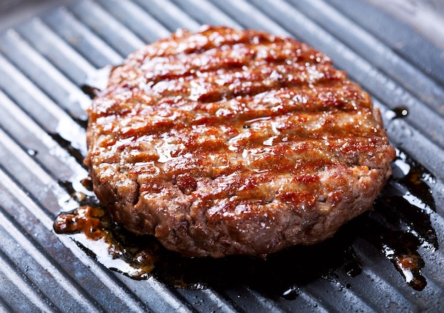 グリルで調理するハンバーガー