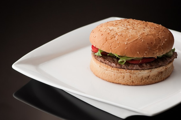 白い四角いプレートのハンバーガー