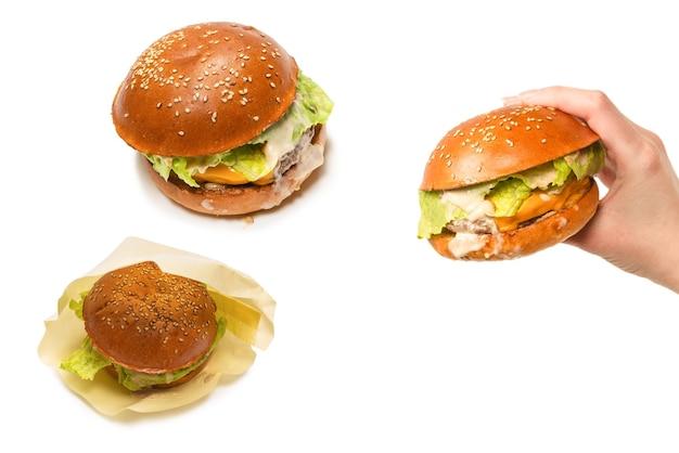 흰색 배경에 고립 된 여자 손에 햄버거. 평면도.