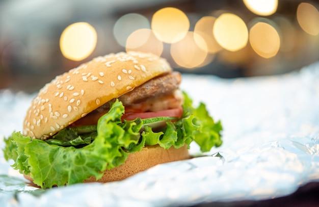 ハンバーガーはファーストフード店のファーストフードです