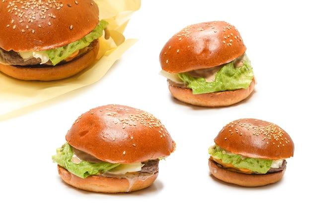 白い背景で隔離のハンバーガー。上面図。