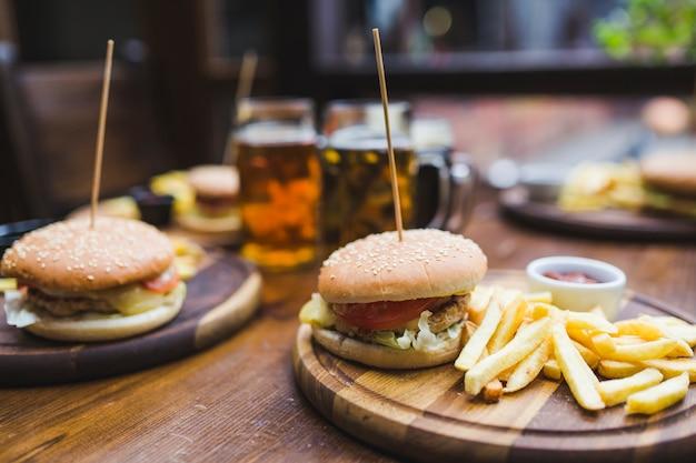 레스토랑에서 테이블에 햄버거