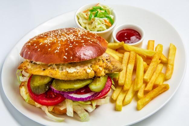 Гамбургер на белом фоне