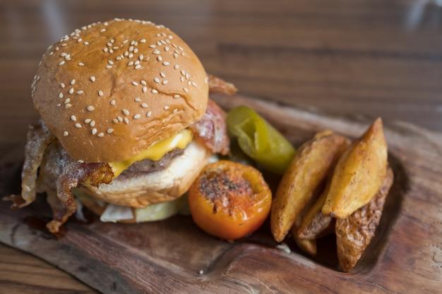 나무 배경에 햄버거, 건강에 해로운 음식