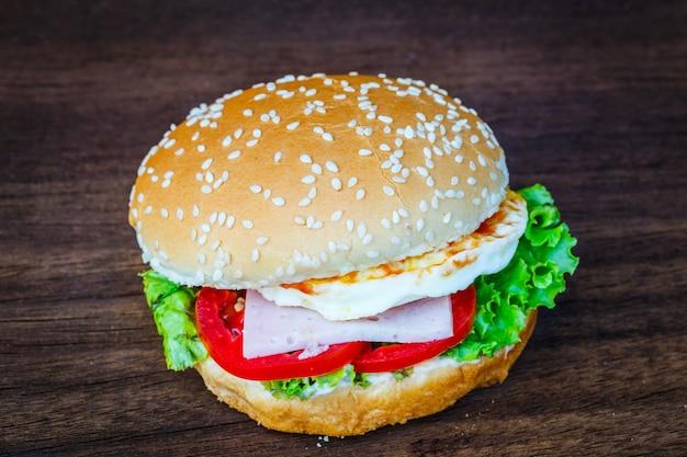 木の床のハンバーガー