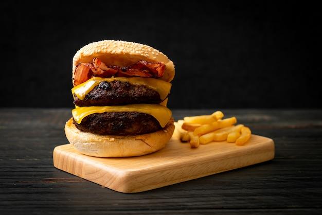 치즈와 베이컨이 들어간 햄버거 또는 쇠고기 햄버거-건강에 해로운 음식 스타일