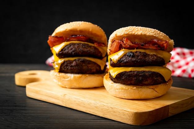 チーズとベーコンを添えたハンバーガーまたはビーフバーガー-不健康なフードスタイル