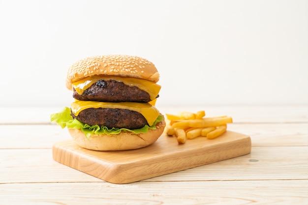 치즈와 감자 튀김이 들어간 햄버거 또는 쇠고기 햄버거-건강에 해로운 음식 스타일