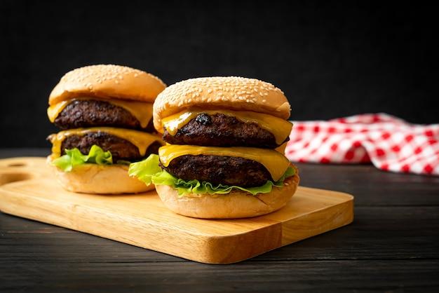 치즈가 들어간 햄버거 또는 쇠고기 햄버거-건강에 해로운 음식 스타일
