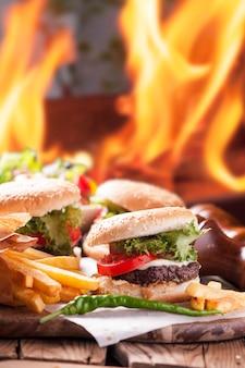 Гамбургер, картофель фри, напиток кола. еда на вынос