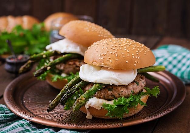 Гамбургер (сэндвич) с куриным гамбургером, салатом, спаржей, соусом из вареного яйца и тартара