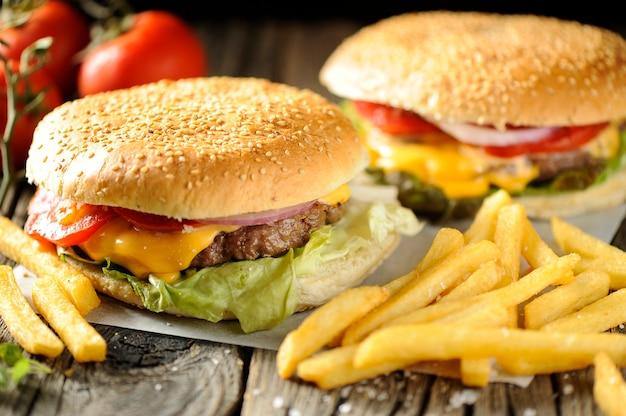 Гамбургер на деревянных досках подается с чипсами