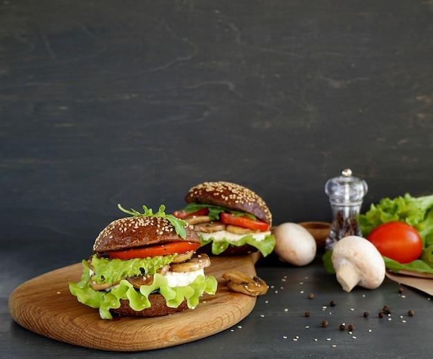 Гамбургер с адыгейским сыром и грибами большой и место для текста