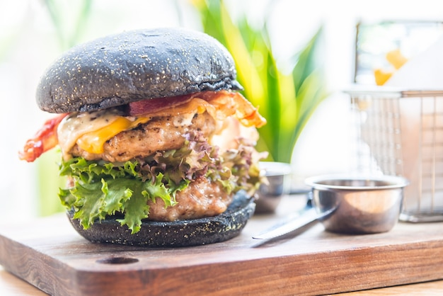 黒パンでハンバーガー