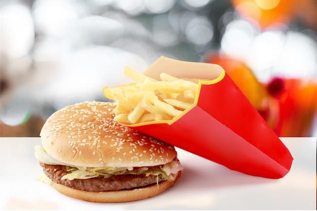 흐릿한 배경에 감자튀김 상자가 있는 햄버거
