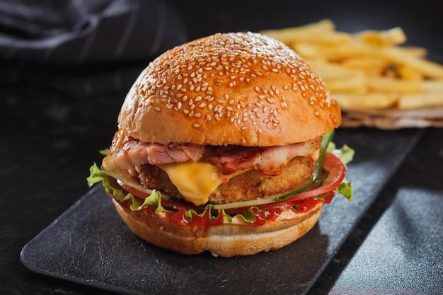 木製のテーブルの上にチーズとハンバーガー