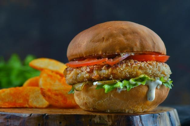 Гамбургер с куриной котлетой и помидорами