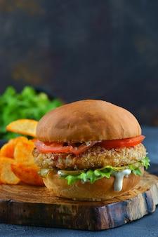 チキンカツとトマトのハンバーガー