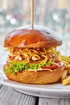 Гамбургер с куриной котлетой, сыром, картофелем фри, помидорами, салатом, соусом и кетчупом