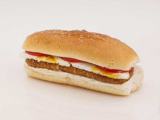 反射と白い背景の上のカツレツと卵とハンバーガー