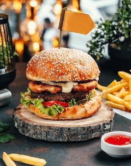 テーブルの上のフライドポテトとハンバーガー