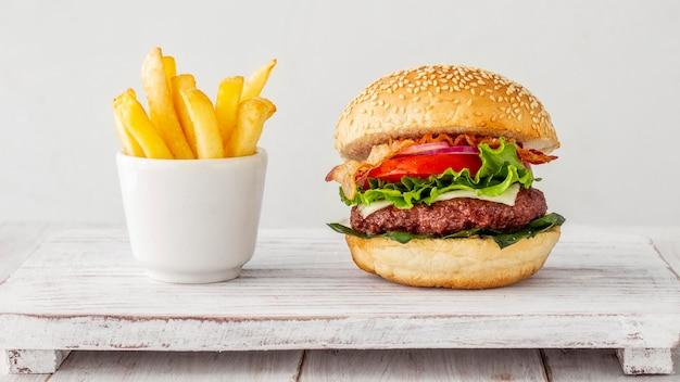 Гамбургер с картошкой фри