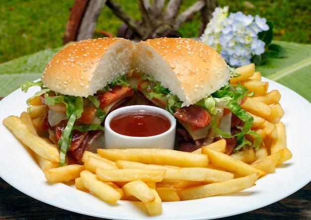 Гамбургер с картофелем фри