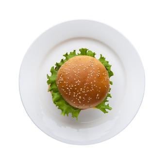 白い背景、上面図のプレートにレタスとハンバーガー