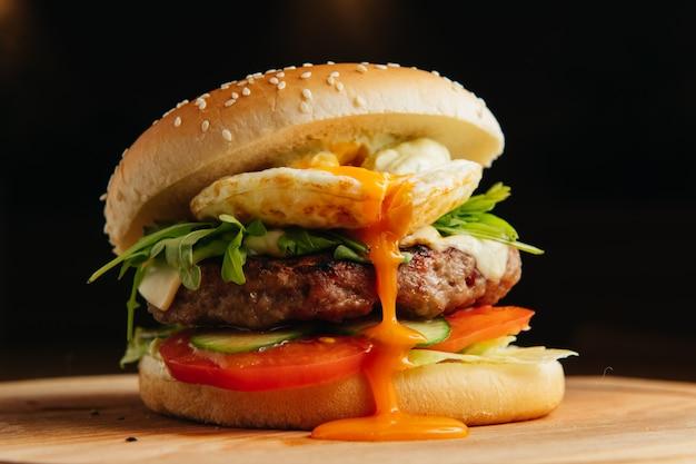 ポーチドエッグのハンバーガー。