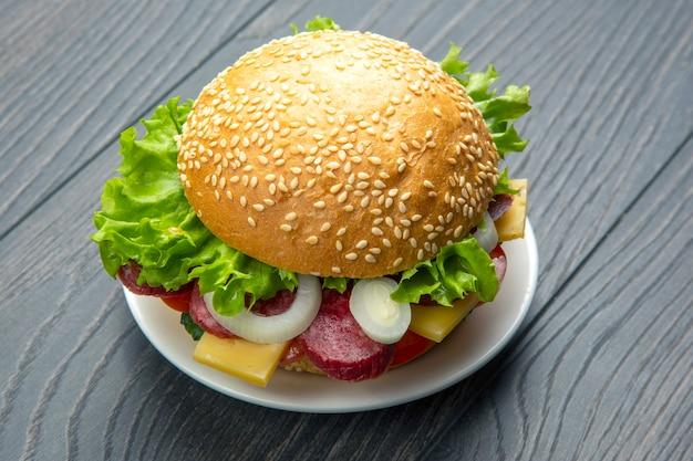 野菜とソーセージのハンバーガー。ファーストフードと朝食。カロリーと食事。