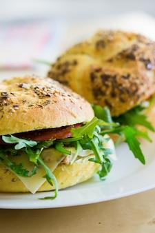 Hamburger su un piatto bianco