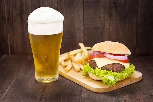 木製のテーブルにビールとハンバーガー