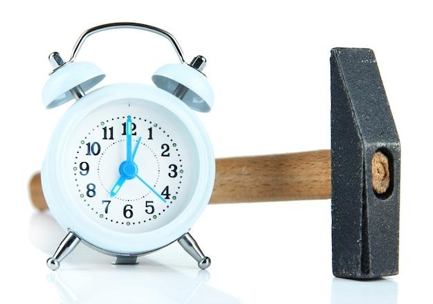 망치와 흰색 표면에 고립 된 알람 시계
