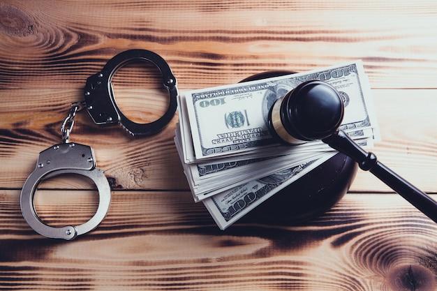 法廷でのハンマーとお金。