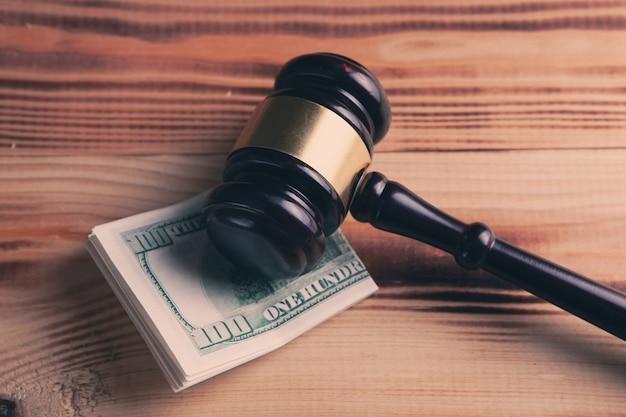 Молоток и деньги в суде