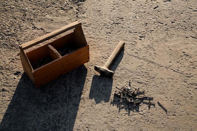Молоток и гвозди. винтажный ящик для инструментов плотников.