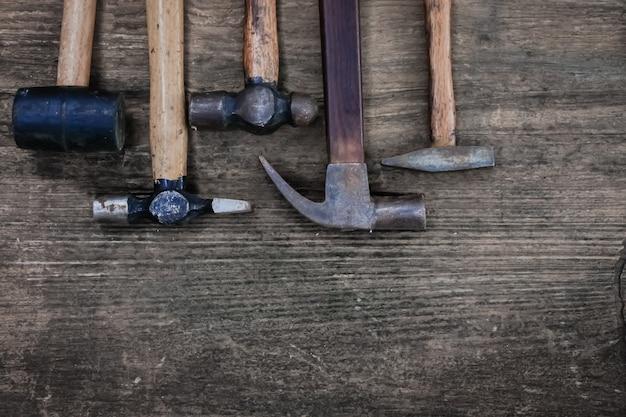 Инструмент мастера молотка на деревянном столе, винтажном стиле