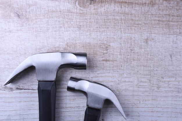 Молоток утюг на деревянный стол
