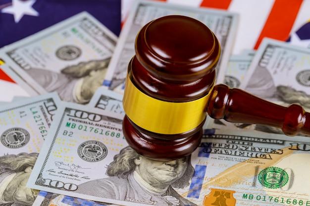 Молоток судьи и купюры