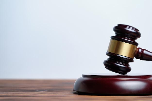 Молоток судья на белом фоне с копией пространства