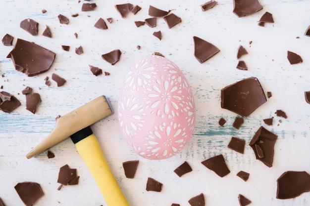Martello vicino a uovo e cioccolato