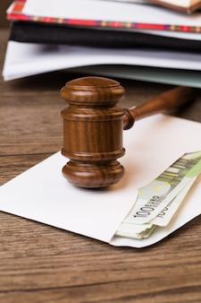 Молоток судьи на конверте с папками с документами