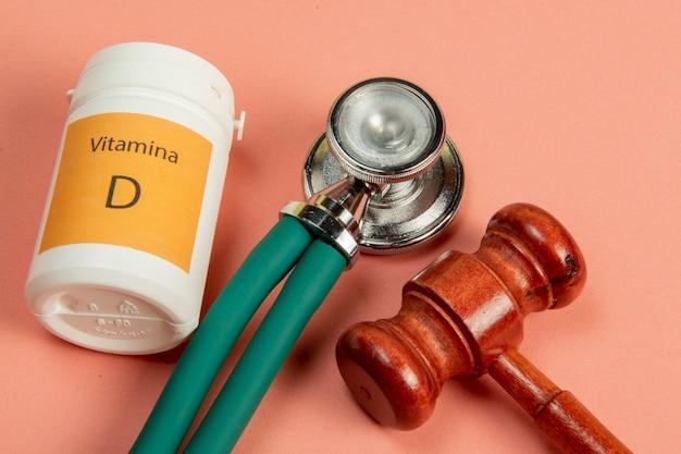 治療を受けるための法的手段を象徴する、医学に関連する正義のハンマー