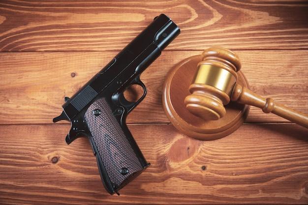 테이블에 권총으로 법원의 망치