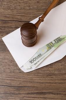 Молоток на конверт с деньгами