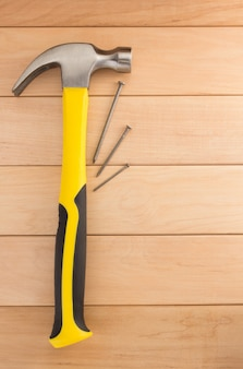 나무 벽에 망치 도구