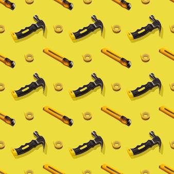 망치, 칼 및 덕트 테이프, 패턴입니다. 건설 도구, 수리