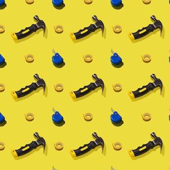 ハンマー、黄色の背景、パターン、ハードシャドウの巻尺とダクトテープ。建設ツール、修理。デザインの背景。 Premium写真