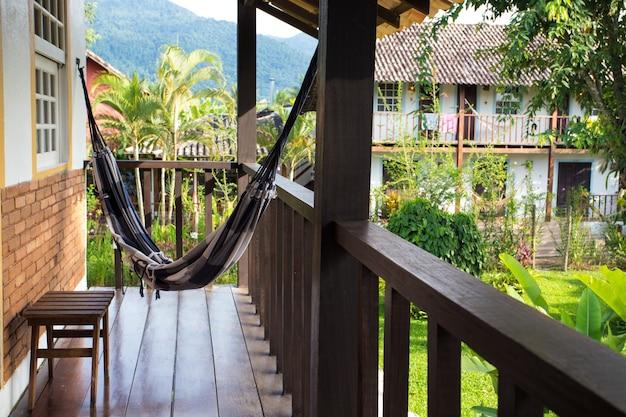 Гамак на балконе бразильского тропического дома