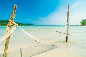 美しい自然の熱帯のビーチでハンモック